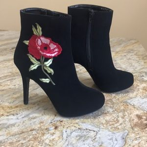 High heeled Black boots with rose embroidery